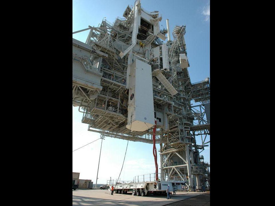 Fracht wird in die Transportposition für die Discovery gebracht.