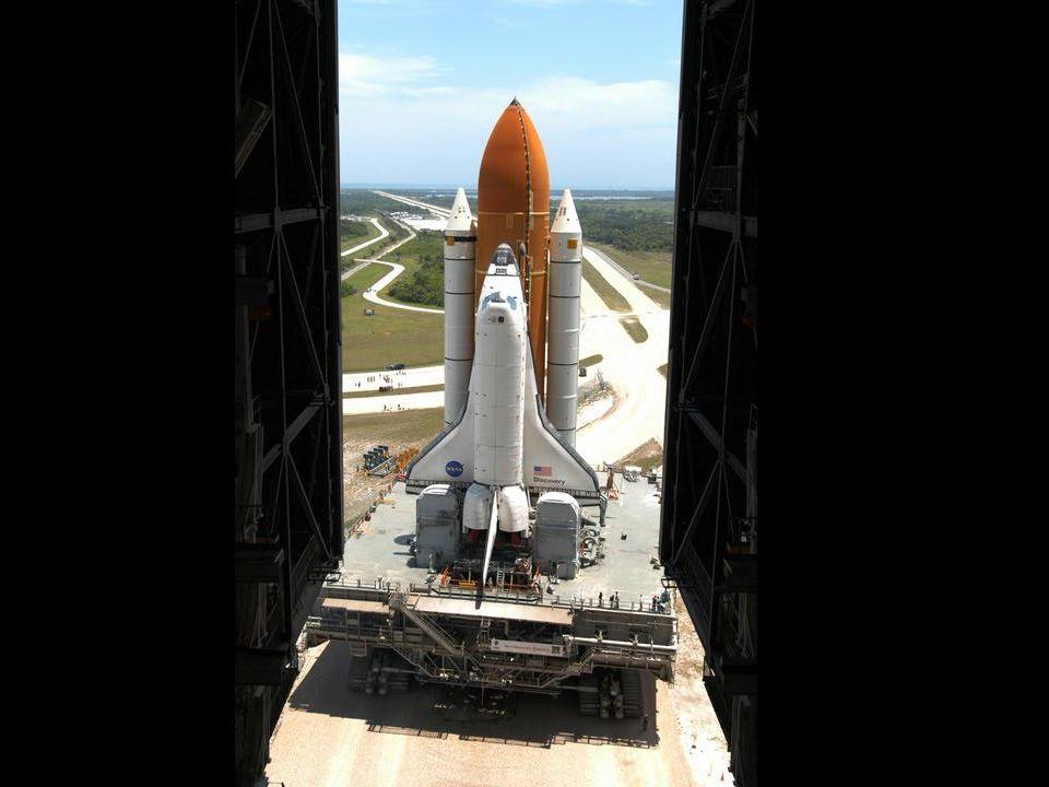 Der Shuttle ist nun an den externen Tank und die beiden Feststofftanks montiert und verlässt die VAB.