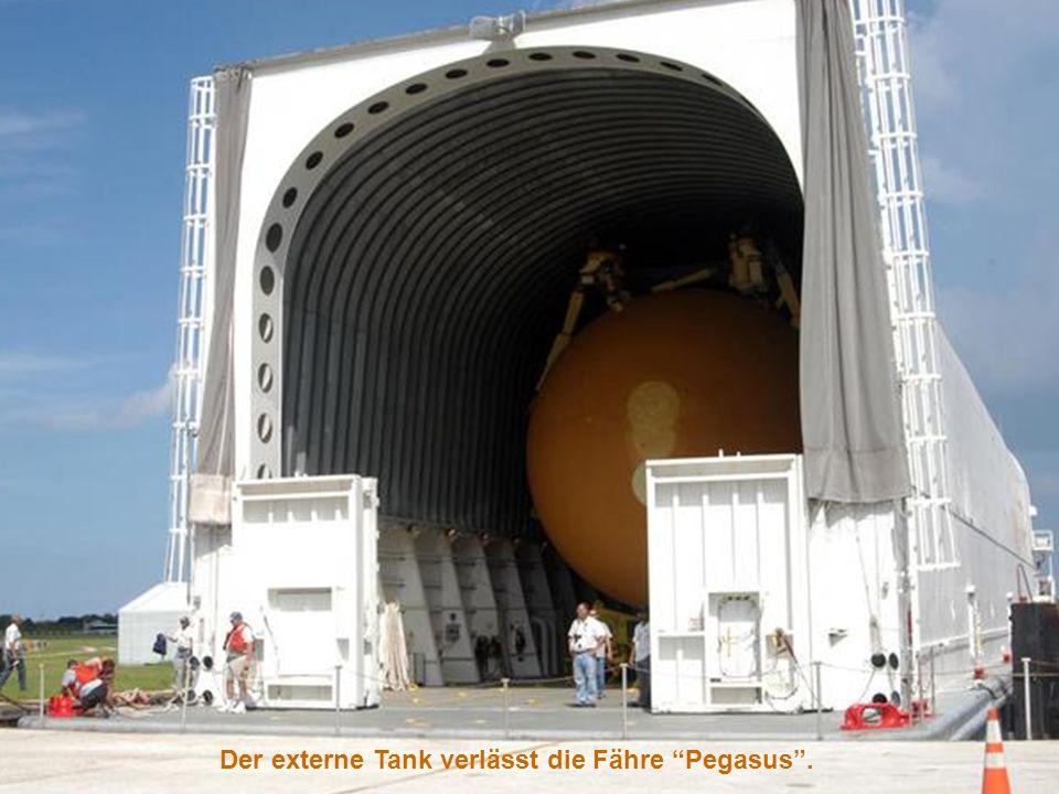Die riesige Montagehalle wird Vertical Assembly Building – VAB genannt. Externer Tank
