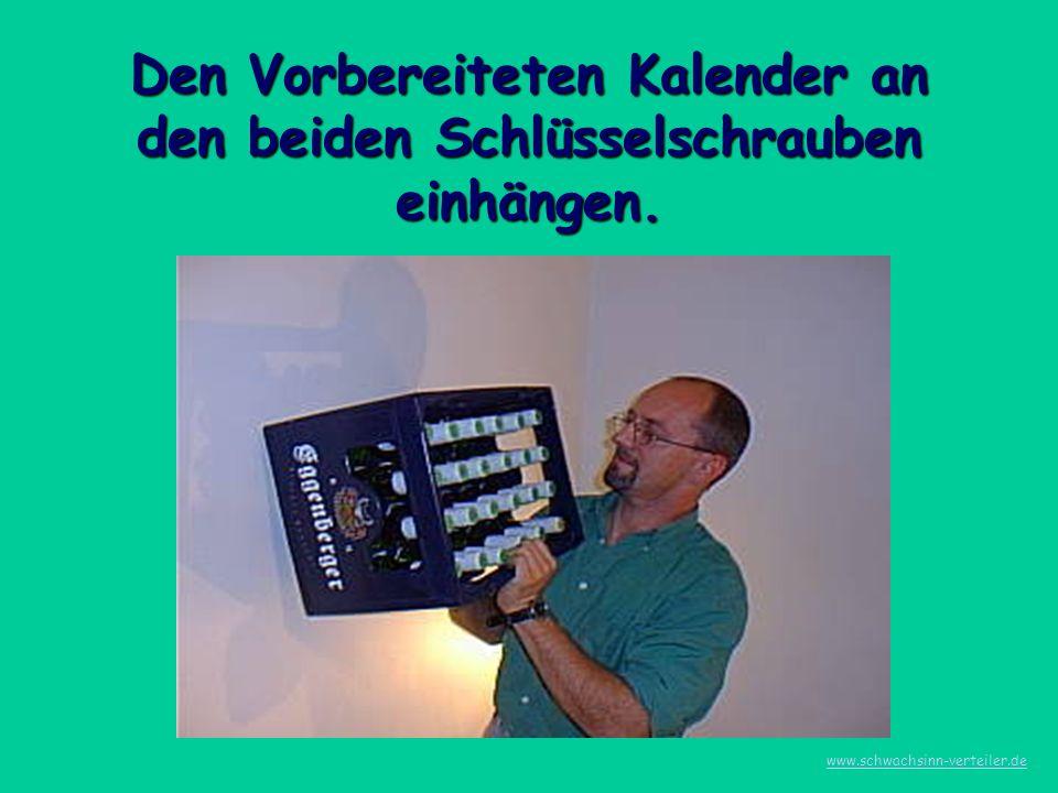 Den Vorbereiteten Kalender an den beiden Schlüsselschrauben einhängen. www.schwachsinn-verteiler.de