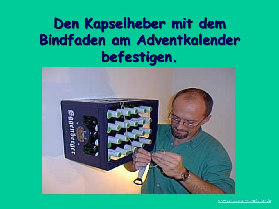 Den Kapselheber mit dem Bindfaden am Adventkalender befestigen. www.schwachsinn-verteiler.de