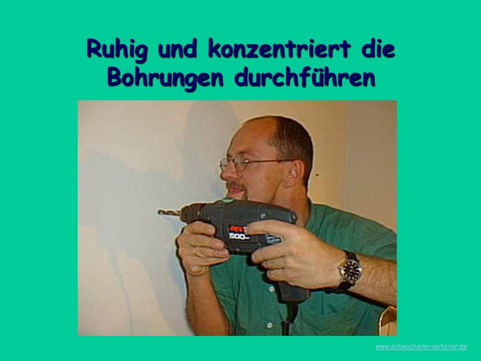Die 2 Dübel setzen, die Schlüsselschrauben so eindrehen das noch 2 cm herausstehen www.schwachsinn-verteiler.de