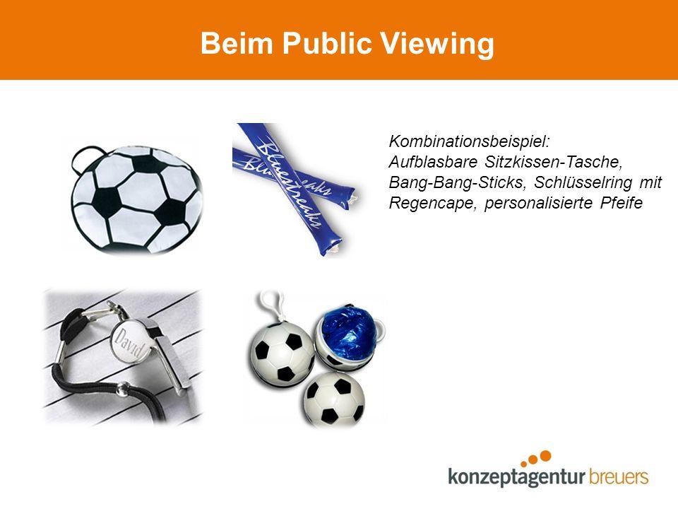 Beim Public Viewing Kombinationsbeispiel: Aufblasbare Sitzkissen-Tasche, Bang-Bang-Sticks, Schlüsselring mit Regencape, personalisierte Pfeife