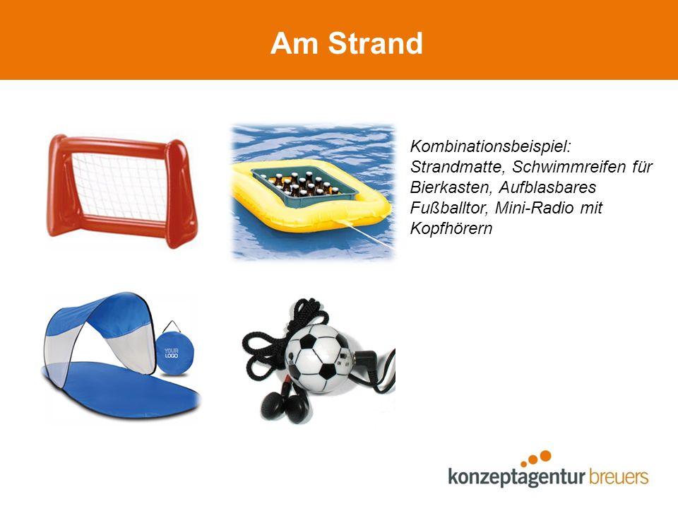 Am Strand Kombinationsbeispiel: Strandmatte, Schwimmreifen für Bierkasten, Aufblasbares Fußballtor, Mini-Radio mit Kopfhörern