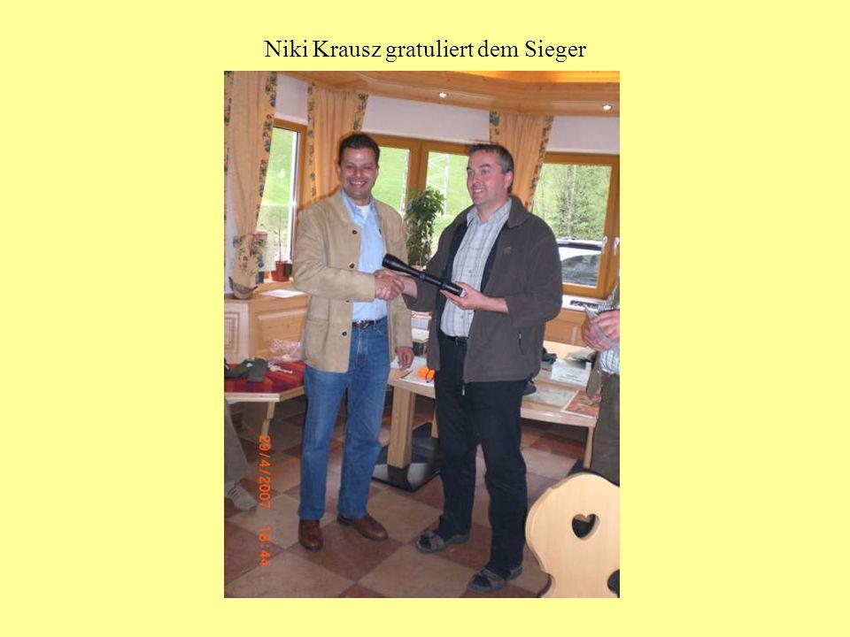 Niki Krausz gratuliert dem Sieger