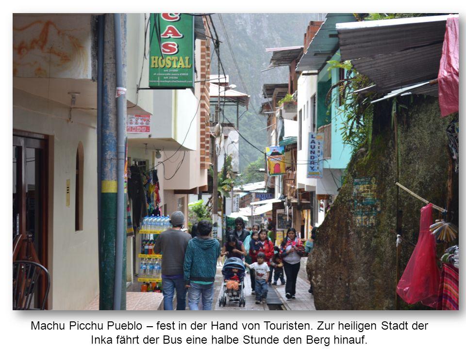 Machu Picchu Pueblo – fest in der Hand von Touristen. Zur heiligen Stadt der Inka fährt der Bus eine halbe Stunde den Berg hinauf.