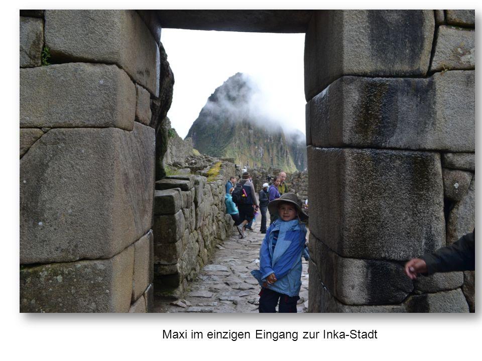 Maxi im einzigen Eingang zur Inka-Stadt