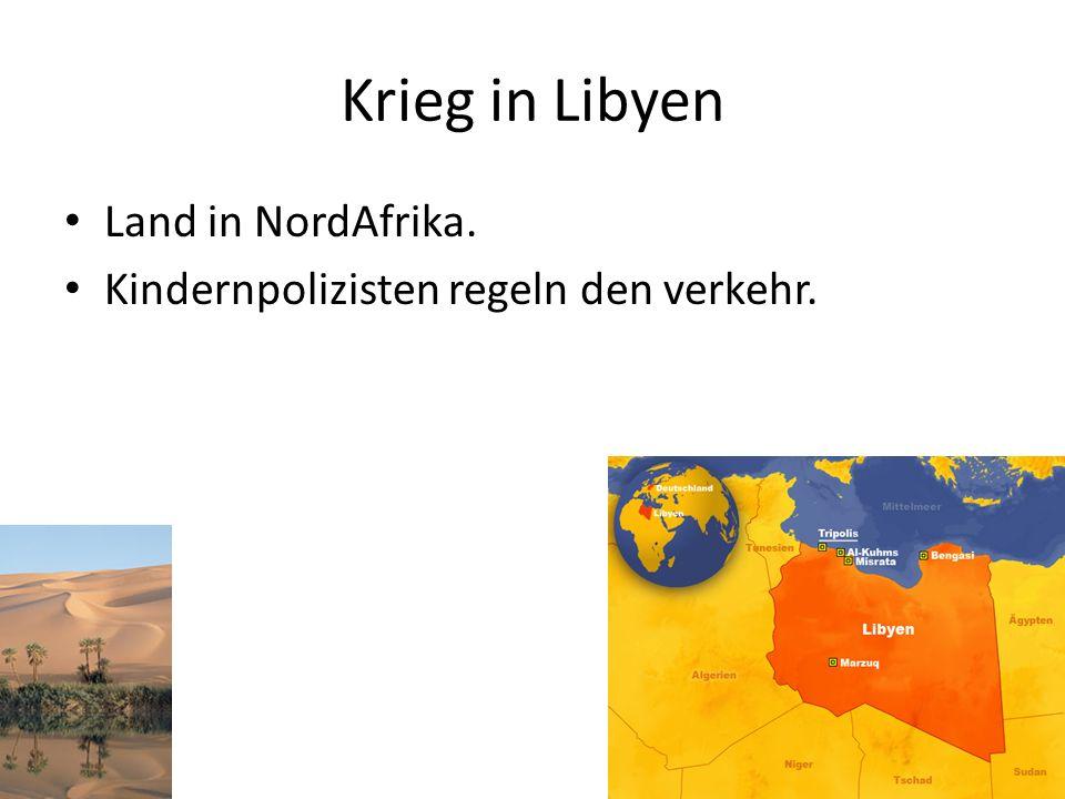 Krieg in Libyen Land in NordAfrika. Kindernpolizisten regeln den verkehr.