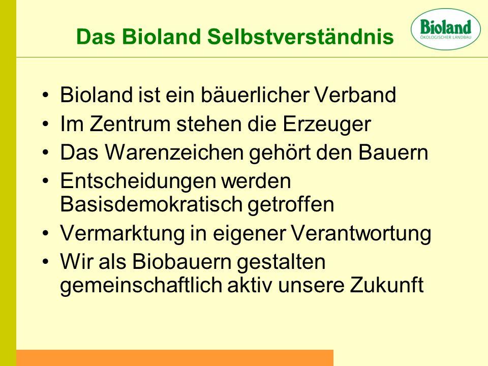 Das Bioland Selbstverständnis Bioland ist ein bäuerlicher Verband Im Zentrum stehen die Erzeuger Das Warenzeichen gehört den Bauern Entscheidungen werden Basisdemokratisch getroffen Vermarktung in eigener Verantwortung Wir als Biobauern gestalten gemeinschaftlich aktiv unsere Zukunft