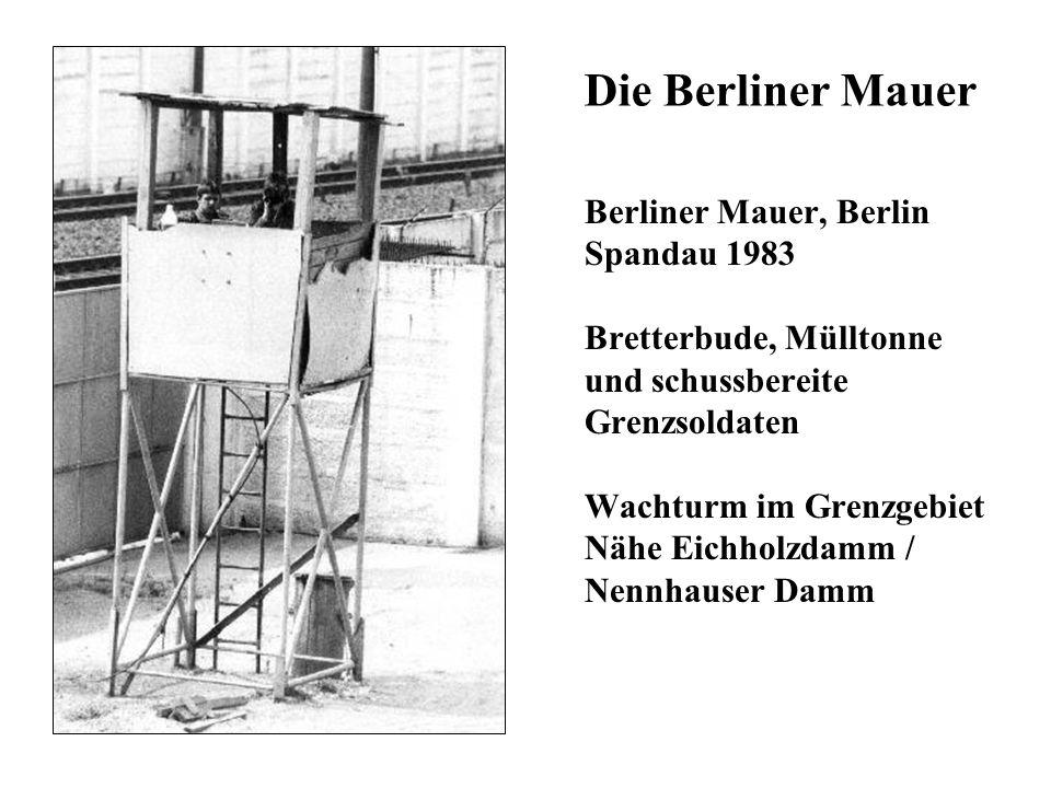 Die Berliner Mauer Berliner Mauer, Berlin Spandau 1983 Bretterbude, Mülltonne und schussbereite Grenzsoldaten Wachturm im Grenzgebiet Nähe Eichholzdam