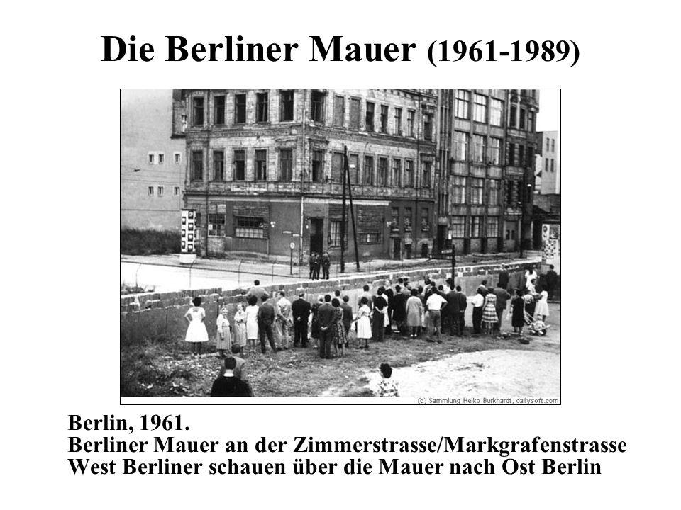 Die Berliner Mauer (1961-1989) Berlin, 1961. Berliner Mauer an der Zimmerstrasse/Markgrafenstrasse West Berliner schauen über die Mauer nach Ost Berli