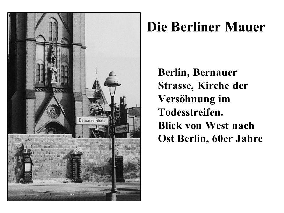 Die Berliner Mauer Berlin, Bernauer Strasse, Kirche der Versöhnung im Todesstreifen. Blick von West nach Ost Berlin, 60er Jahre