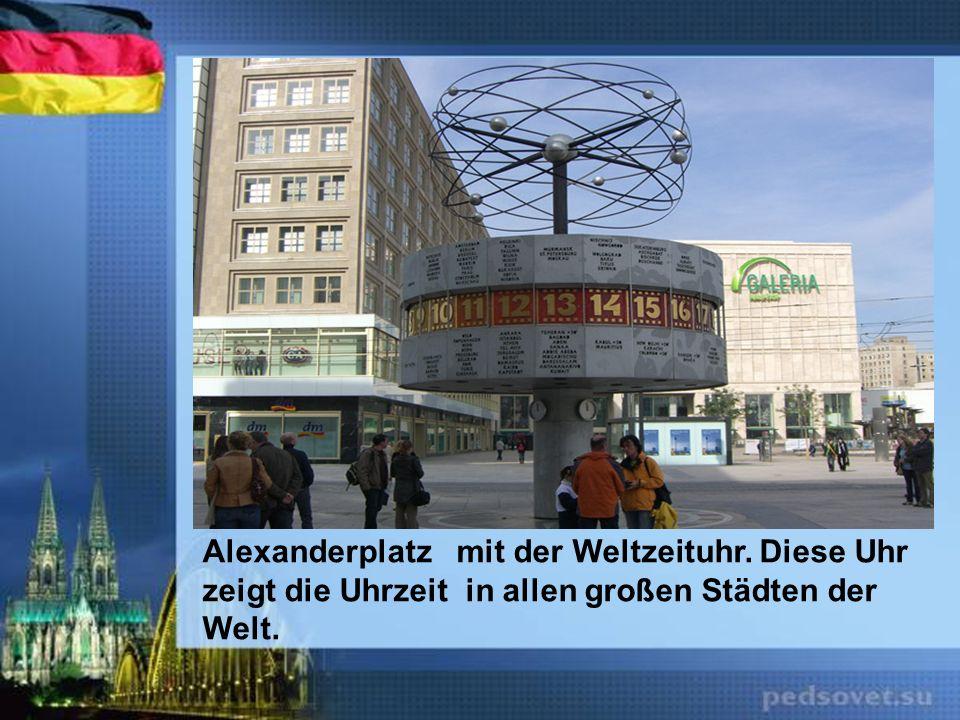 Alexanderplatz mit der Weltzeituhr. Diese Uhr zeigt die Uhrzeit in allen großen Städten der Welt.