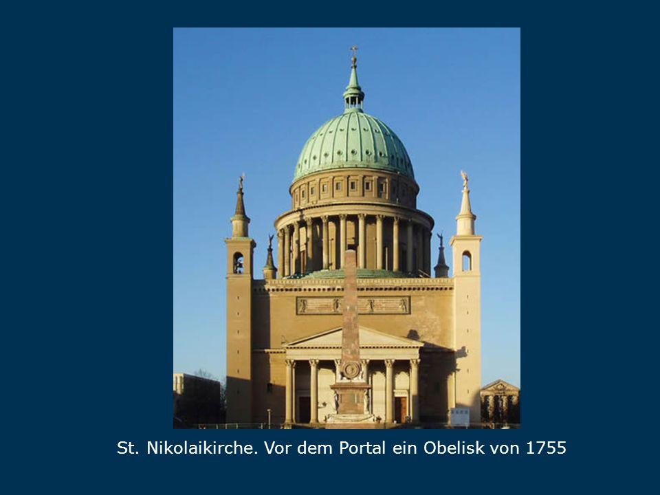 St. Nikolaikirche. Vor dem Portal ein Obelisk von 1755 Nikolaikirch e