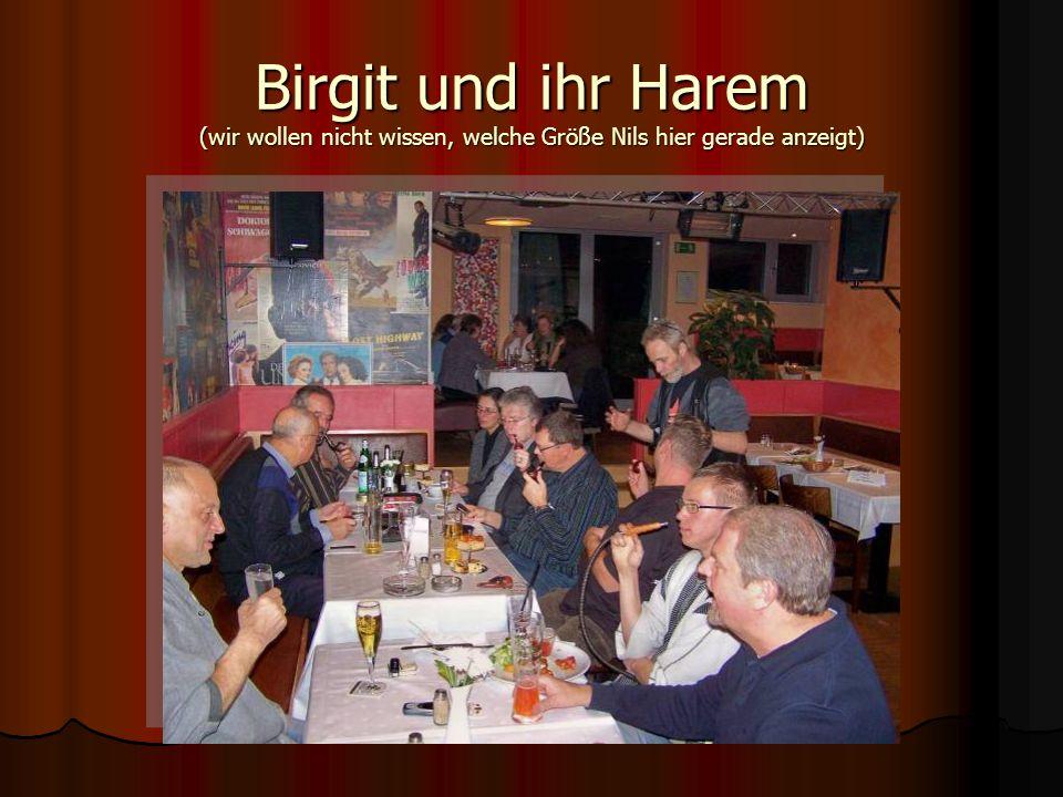 Birgit und ihr Harem (wir wollen nicht wissen, welche Größe Nils hier gerade anzeigt)