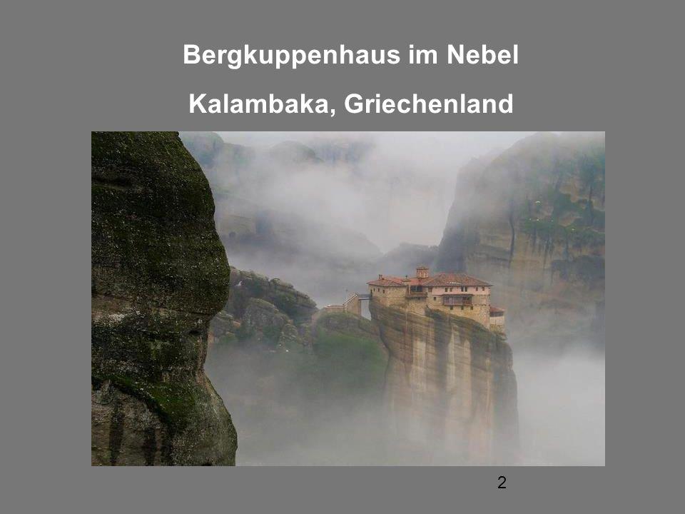 2 Bergkuppenhaus im Nebel Kalambaka, Griechenland