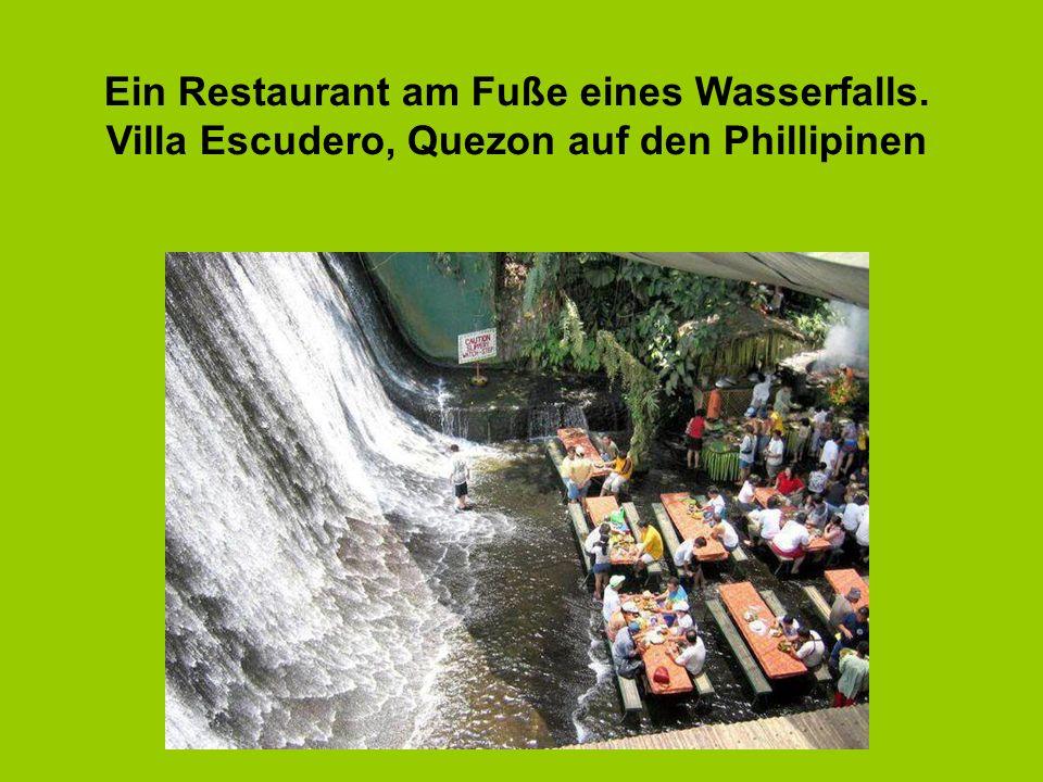6 Ein Restaurant am Fuße eines Wasserfalls. Villa Escudero, Quezon auf den Phillipinen
