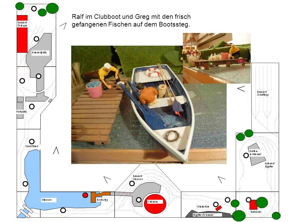Ralf im Clubboot und Greg mit den frisch gefangenen Fischen auf dem Bootssteg.
