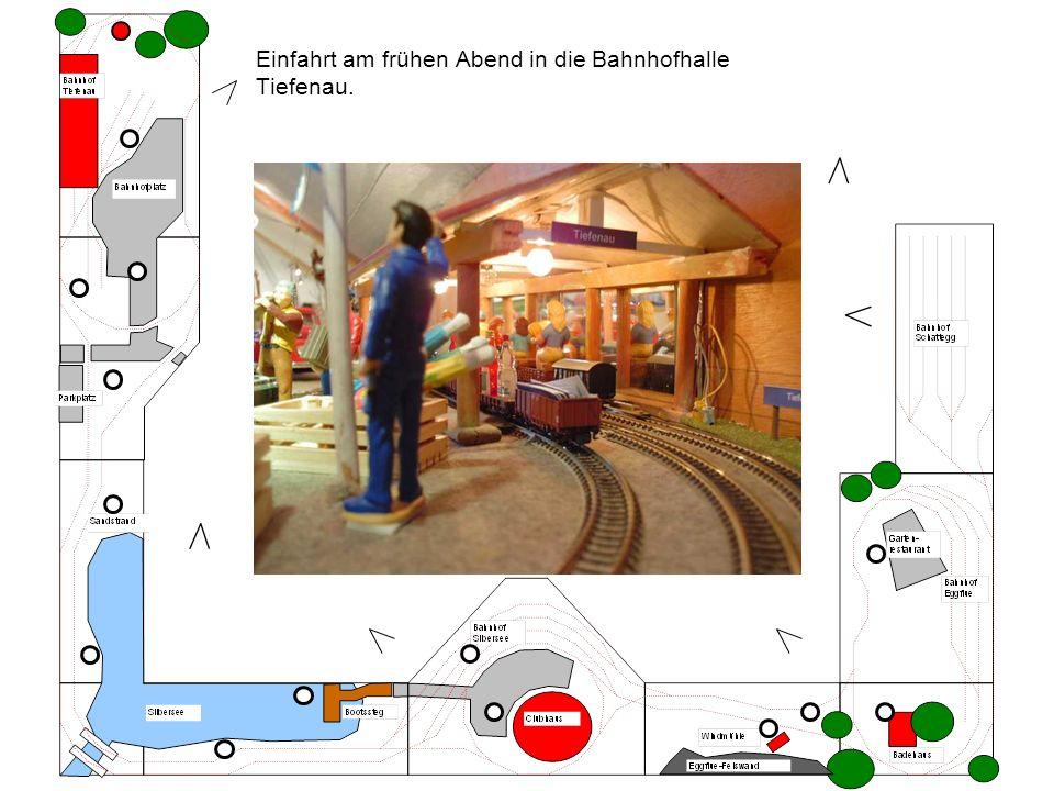 Zwei Züge kreuzen sich im Bahnhof Silbersee.