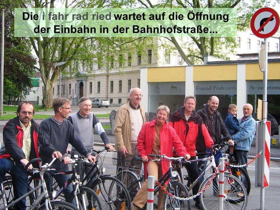 Die i fahr rad ried wartet auf die Öffnung der Einbahn in der Bahnhofstraße...