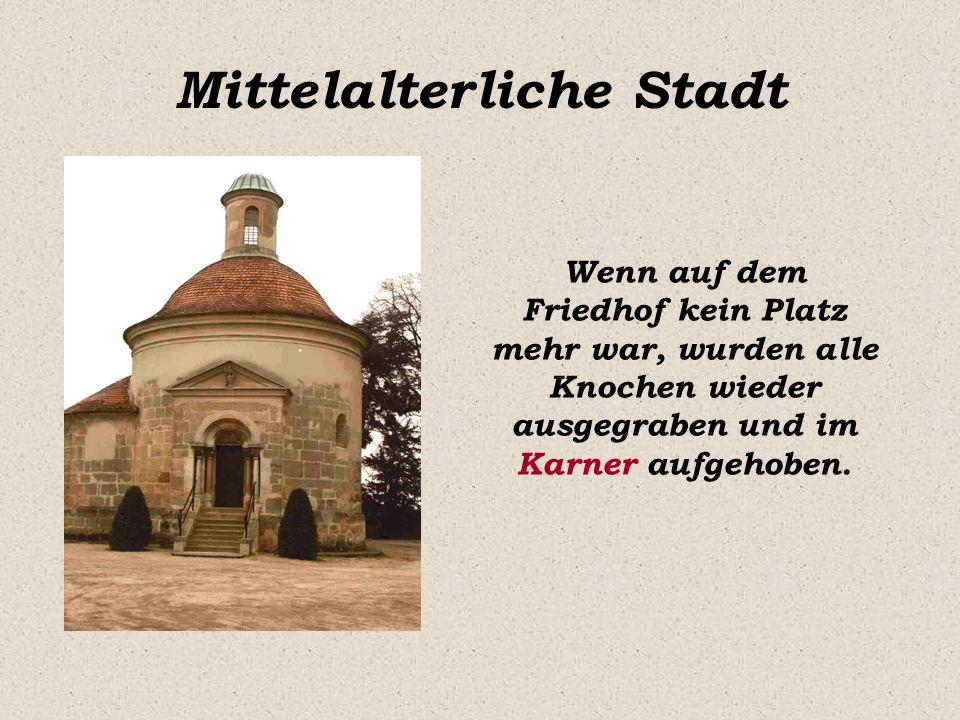 Mittelalterliche Stadt Die Stadt war von einer dicken Mauer umgeben um den Bürgern Schutz vor Feinden zu bieten.