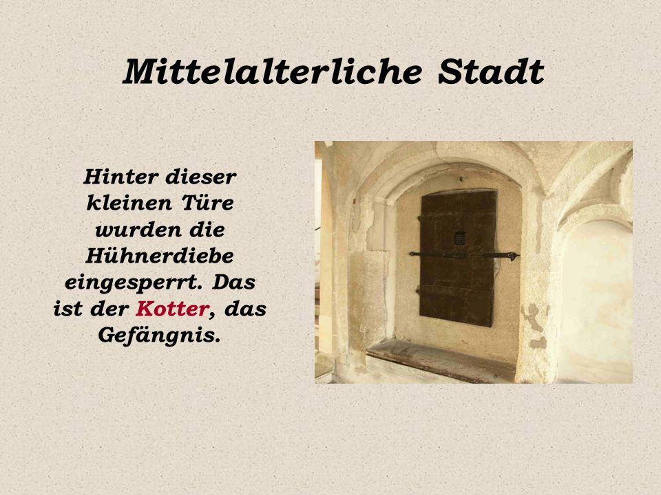 Mittelalterliche Stadt Hinter dieser kleinen Türe wurden die Hühnerdiebe eingesperrt. Das ist der Kotter, das Gefängnis.
