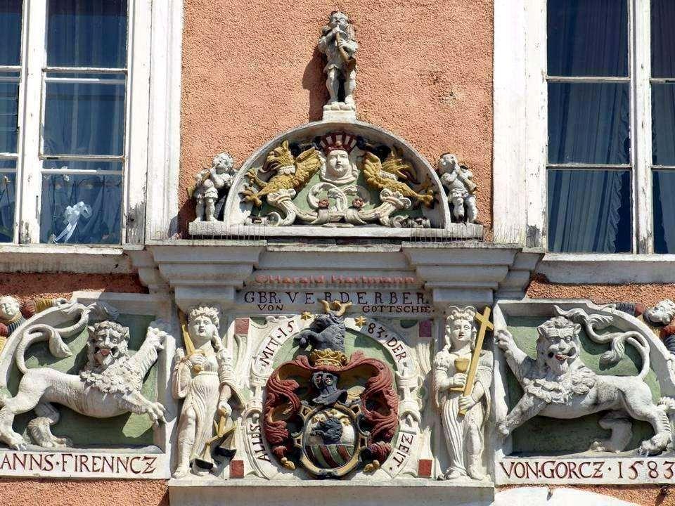 Das auffällige Verderberhaus im venezianischen Renaissancestil, verdankt seinen Namen der Familie Verderber.