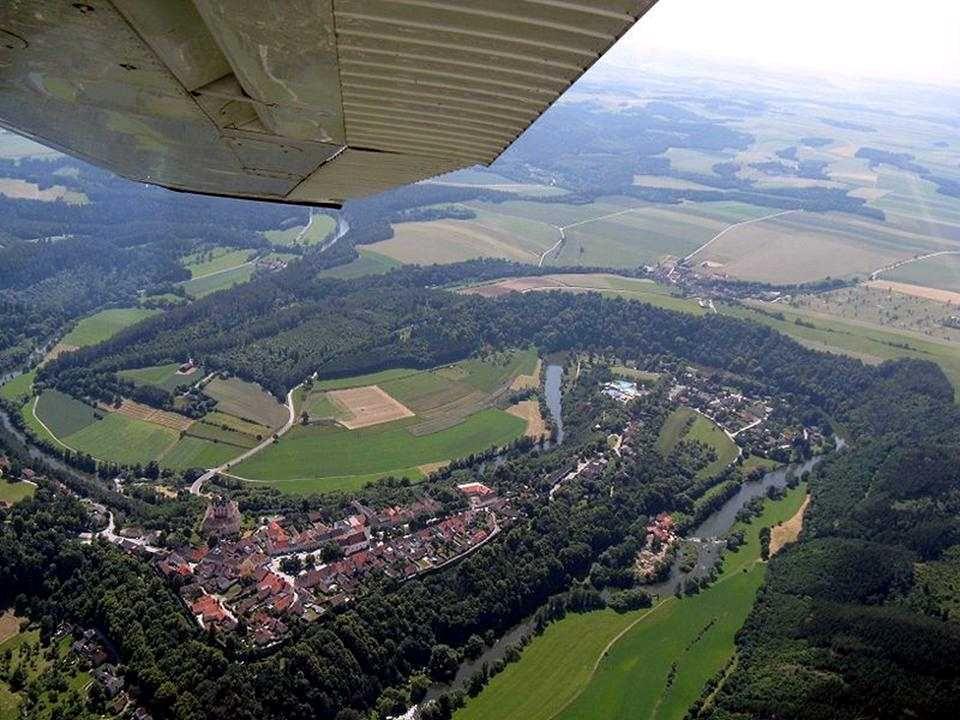 Drosendorf Die mittelalterliche Stadt wurde hoch auf einem Felsvorsprung, an drei Seiten von der Thaya umflossen und von einer noch vollständig erhalt