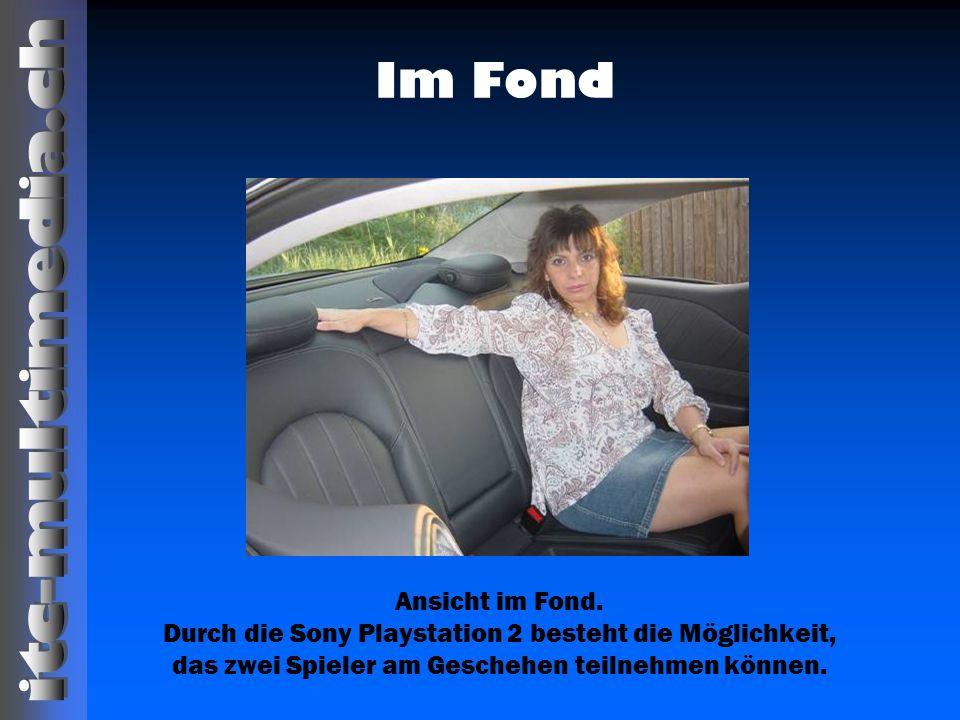 Im Fond Ansicht im Fond. Durch die Sony Playstation 2 besteht die Möglichkeit, das zwei Spieler am Geschehen teilnehmen können.