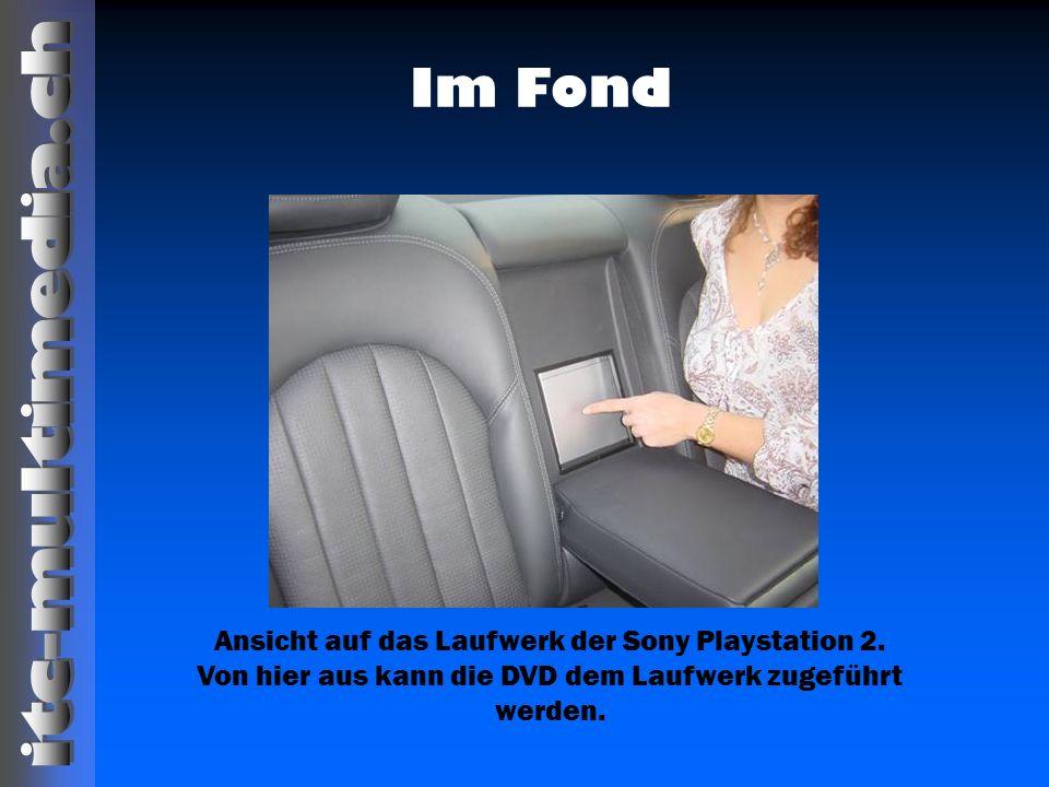 Im Fond Ansicht auf das Laufwerk der Sony Playstation 2. Von hier aus kann die DVD dem Laufwerk zugeführt werden.