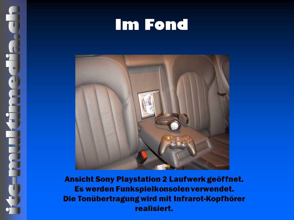 Im Fond Ansicht Sony Playstation 2 Laufwerk geöffnet. Es werden Funkspielkonsolen verwendet. Die Tonübertragung wird mit Infrarot-Kopfhörer realisiert