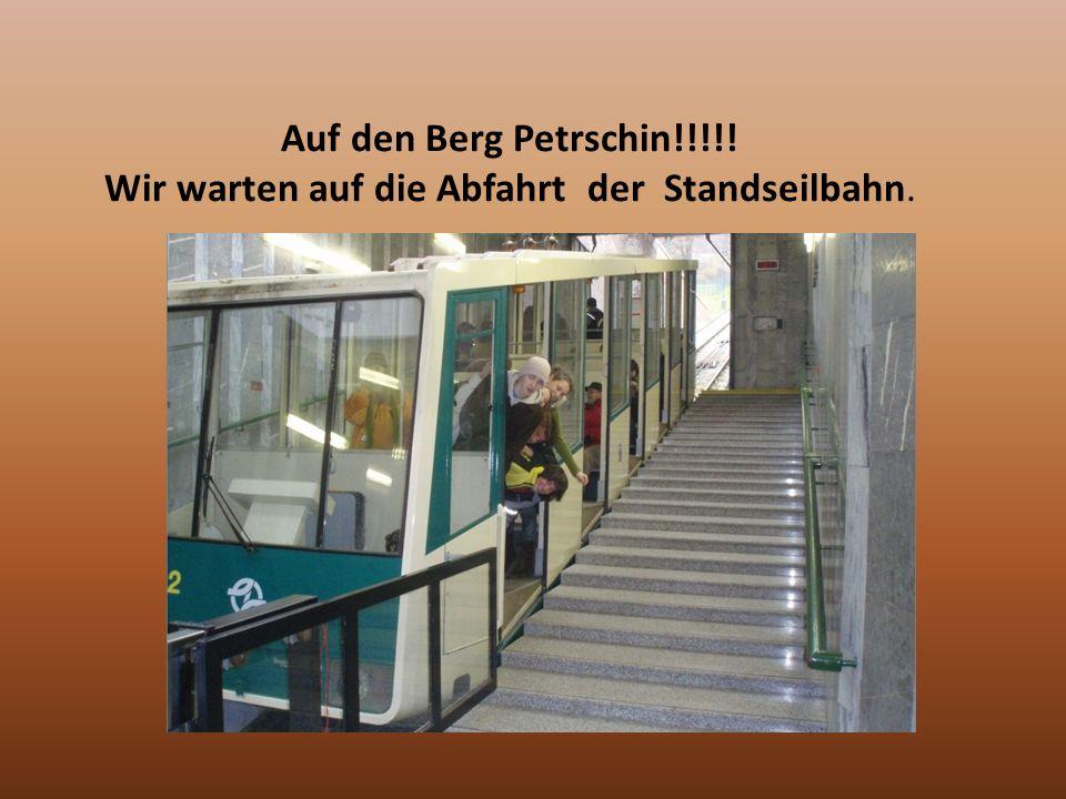 Auf den Berg Petrschin!!!!! Wir warten auf die Abfahrt der Standseilbahn.