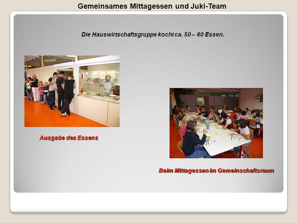 Gemeinsames Mittagessen und Juki-Team Die Hauswirtschaftsgruppe kocht ca. 50 – 60 Essen. Ausgabe des Essens Beim Mittagessen im Gemeinschaftsraum