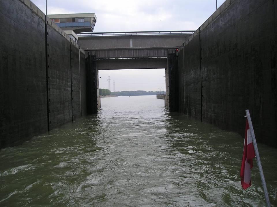 Altenwörth Altenwörth liegt an einem breiten Altarm nördlich der Donau bei einer markanten Flussbiegung, in der eine langgestreckte flache Insel entst
