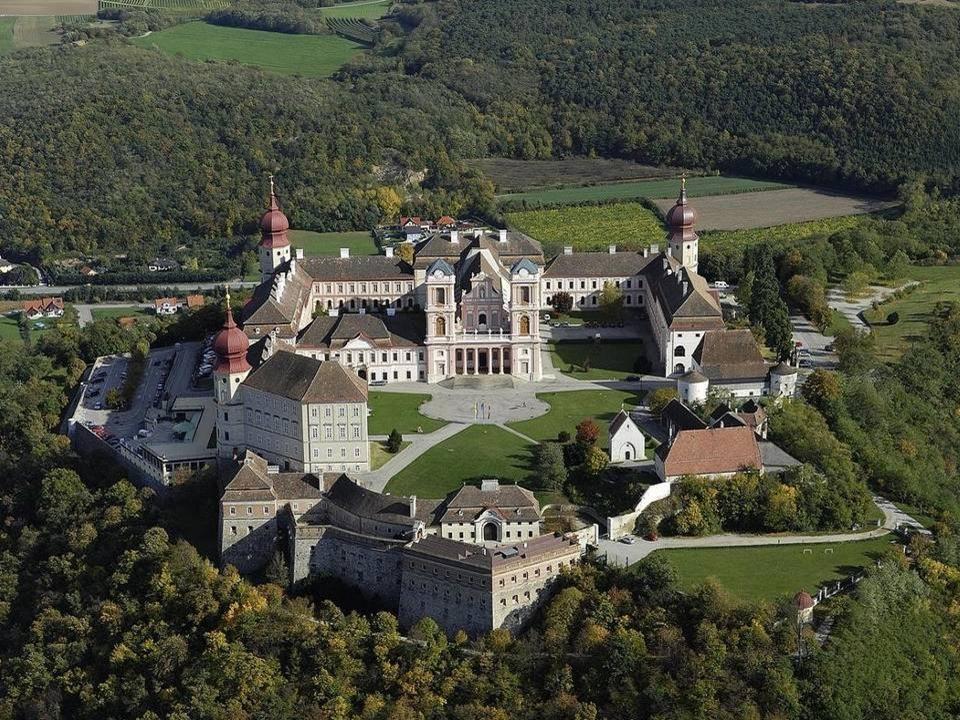 Stift Göttweig Stift Göttweig ist ein Benediktinerkloster und liegt auf einem Hügel südlich der Donau. Aufgrund dieser Lage wird das Stift als Österre