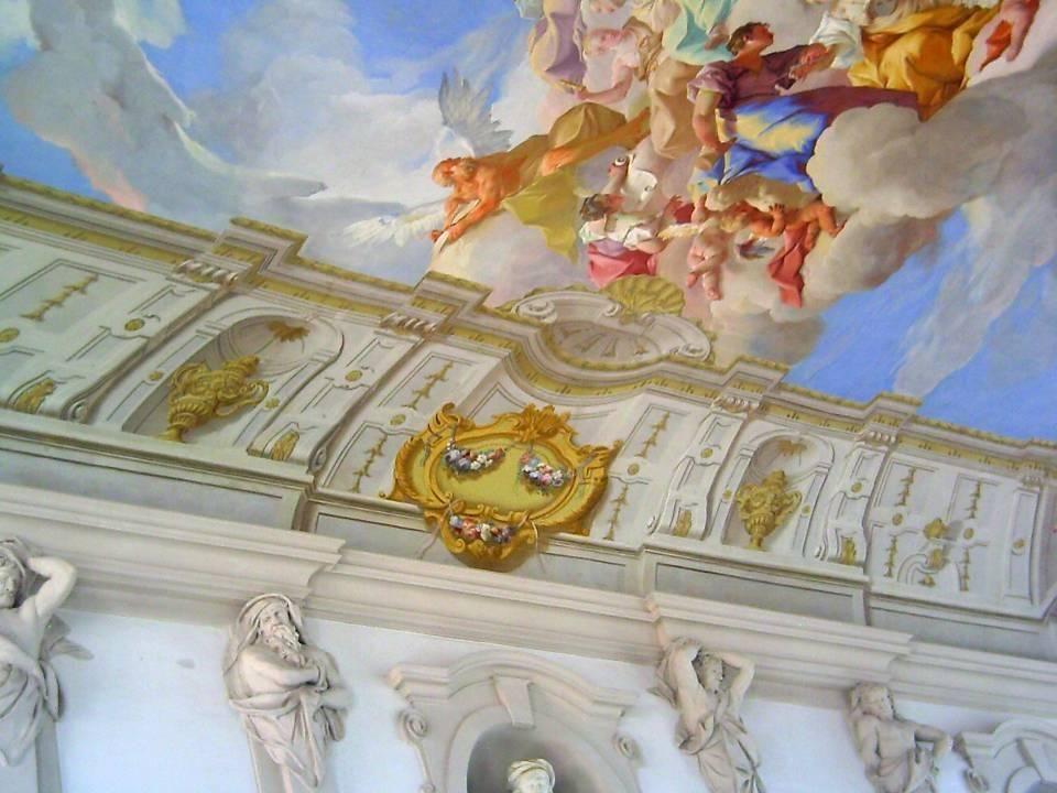 Die Kaiserstiege im Nordwesten des Stiftshofes erhebt sich über drei Geschoße und wurde 1739 von Paul Troger mit einem Deckenfresko versehen, das in s