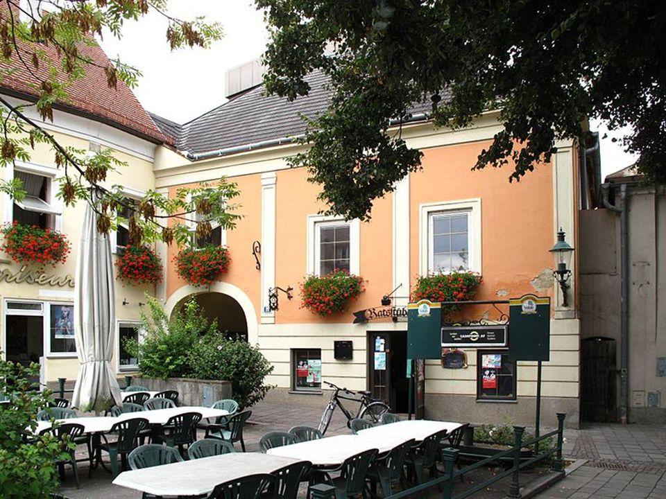Stift Göttweig Stift Göttweig ist ein Benediktinerkloster und liegt auf einem Hügel südlich der Donau.