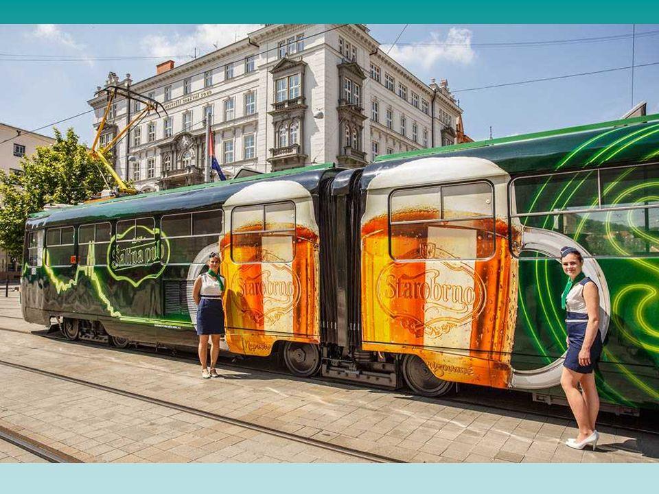 Ein Straßenbahnwagen ( vom typ K2R ) wurde umgebaut in ein mobiles Restaurant in den Werkstätten der Transportbetriebe Brno.