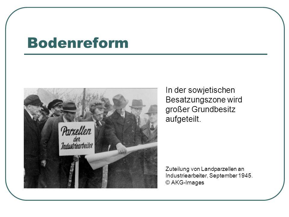 Bodenreform In der sowjetischen Besatzungszone wird großer Grundbesitz aufgeteilt. Zuteilung von Landparzellen an Industriearbeiter, September 1945. ©