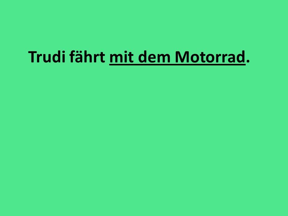 Trudi fährt mit dem Motorrad.
