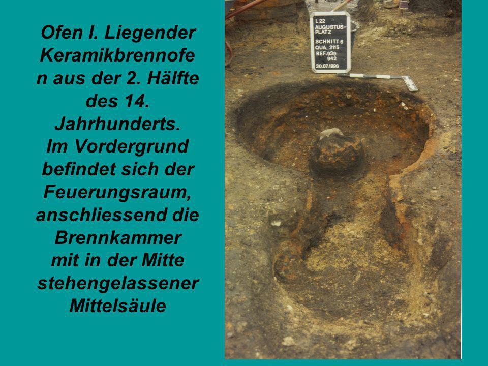 Ofen I. Liegender Keramikbrennofe n aus der 2. Hälfte des 14. Jahrhunderts. Im Vordergrund befindet sich der Feuerungsraum, anschliessend die Brennkam
