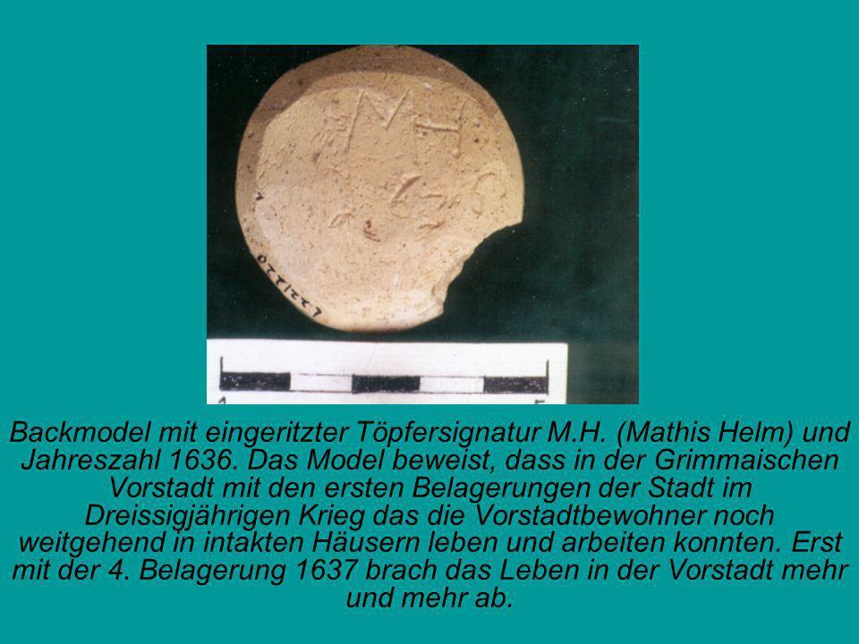 Backmodel mit eingeritzter Töpfersignatur M.H. (Mathis Helm) und Jahreszahl 1636. Das Model beweist, dass in der Grimmaischen Vorstadt mit den ersten