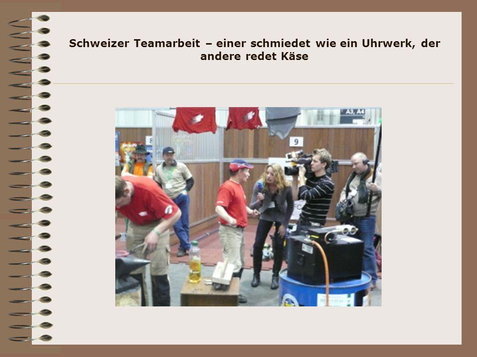 Schweizer Teamarbeit – einer schmiedet wie ein Uhrwerk, der andere redet Käse
