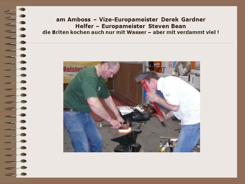 am Amboss – Vize-Europameister Derek Gardner Helfer – Europameister Steven Bean die Briten kochen auch nur mit Wasser – aber mit verdammt viel !