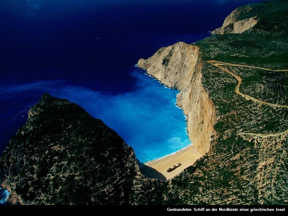 Gestrandetes Schiff an der Nordküste einer griechischen Insel