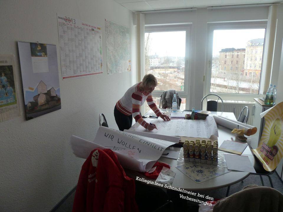 Kollegin Ines Schondelmeier bei den Vorbereitungen