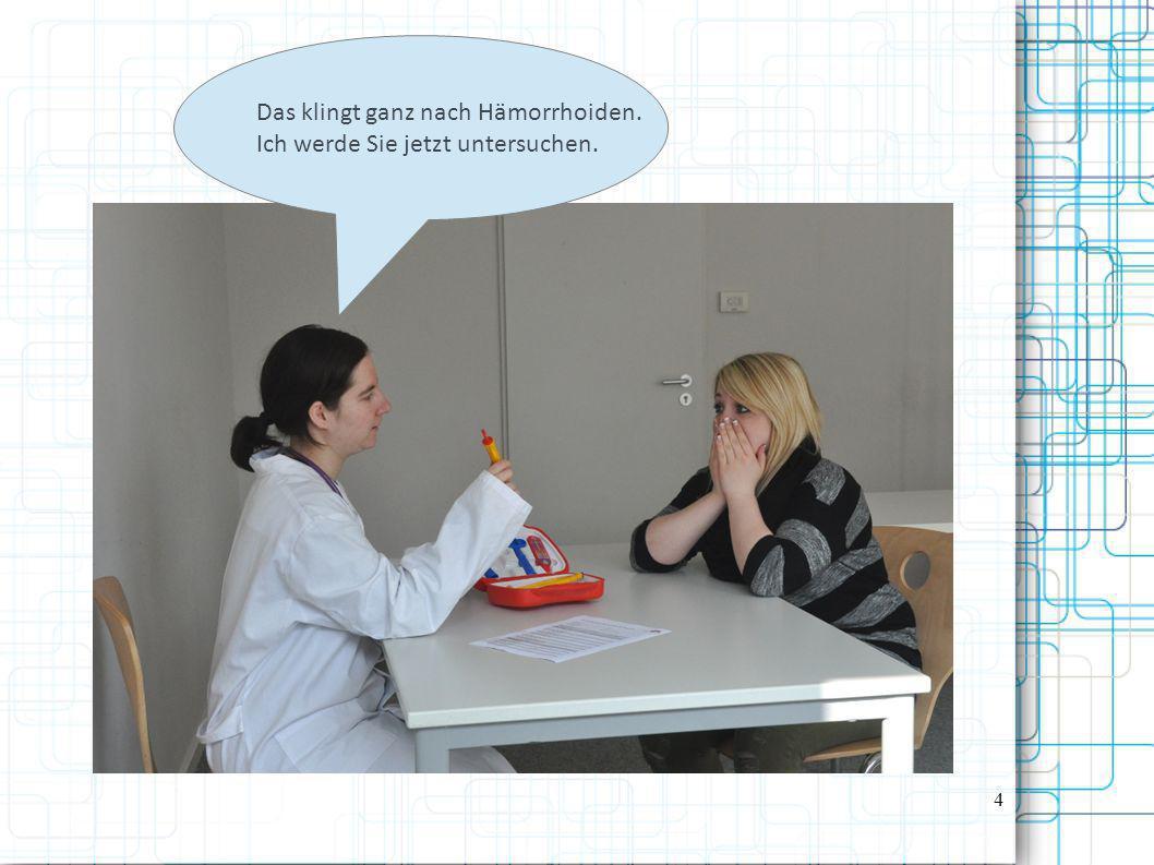 Frau Dr.Müller inspiziert den Analbereich der Patientin auf Risse oder Geschwulste.