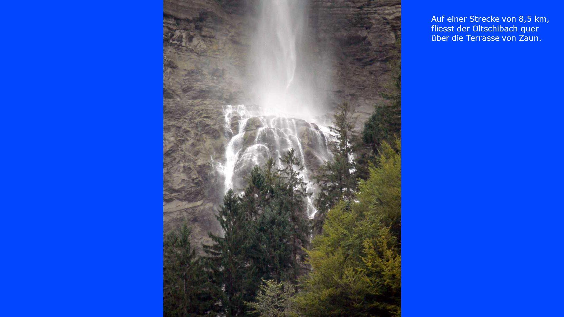 Er stürzt mit einem weithin sichtbaren Wasserfall über die begleitenden Felswände.