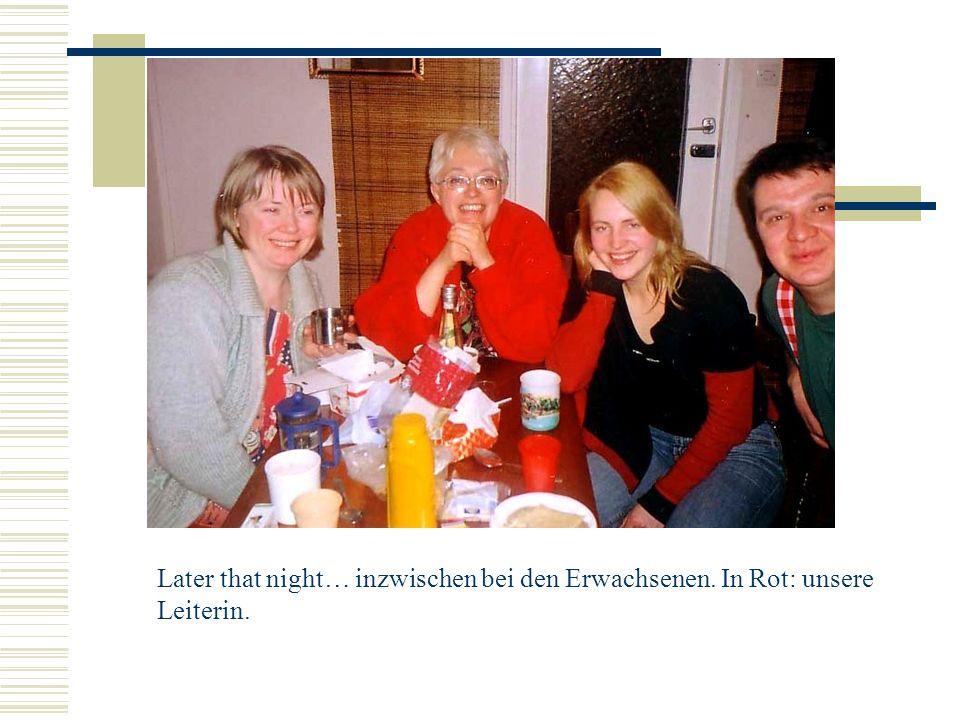 Later that night… inzwischen bei den Erwachsenen. In Rot: unsere Leiterin.
