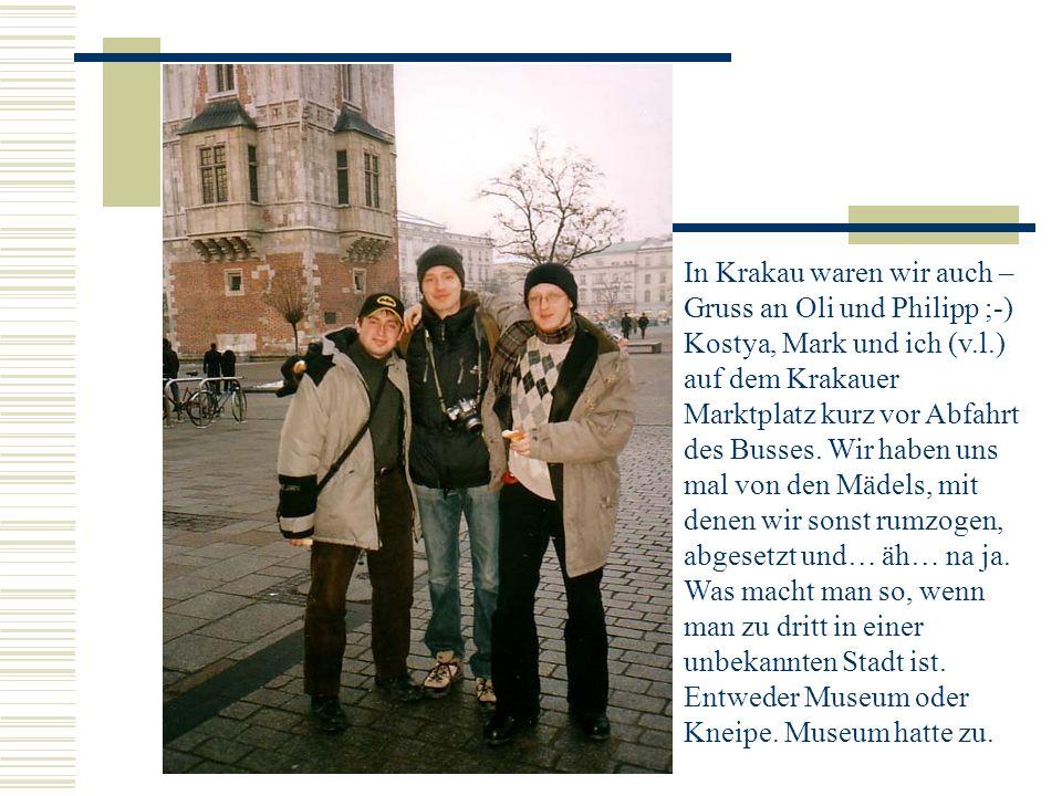 In Krakau waren wir auch – Gruss an Oli und Philipp ;-) Kostya, Mark und ich (v.l.) auf dem Krakauer Marktplatz kurz vor Abfahrt des Busses.